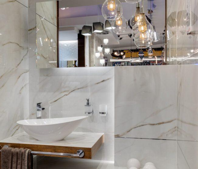 Jak dopasować lustro do łazienki?