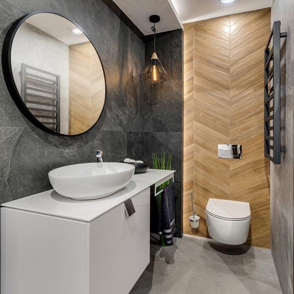 Łazienka w czarno-brązowej aranżacji
